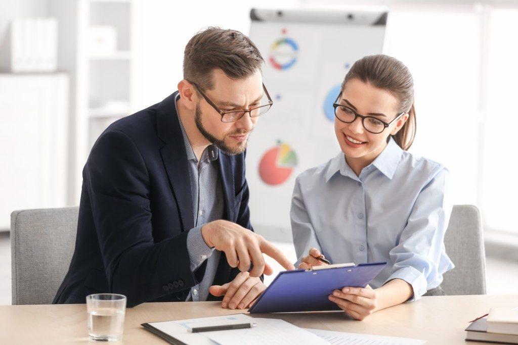 manager teaching employee