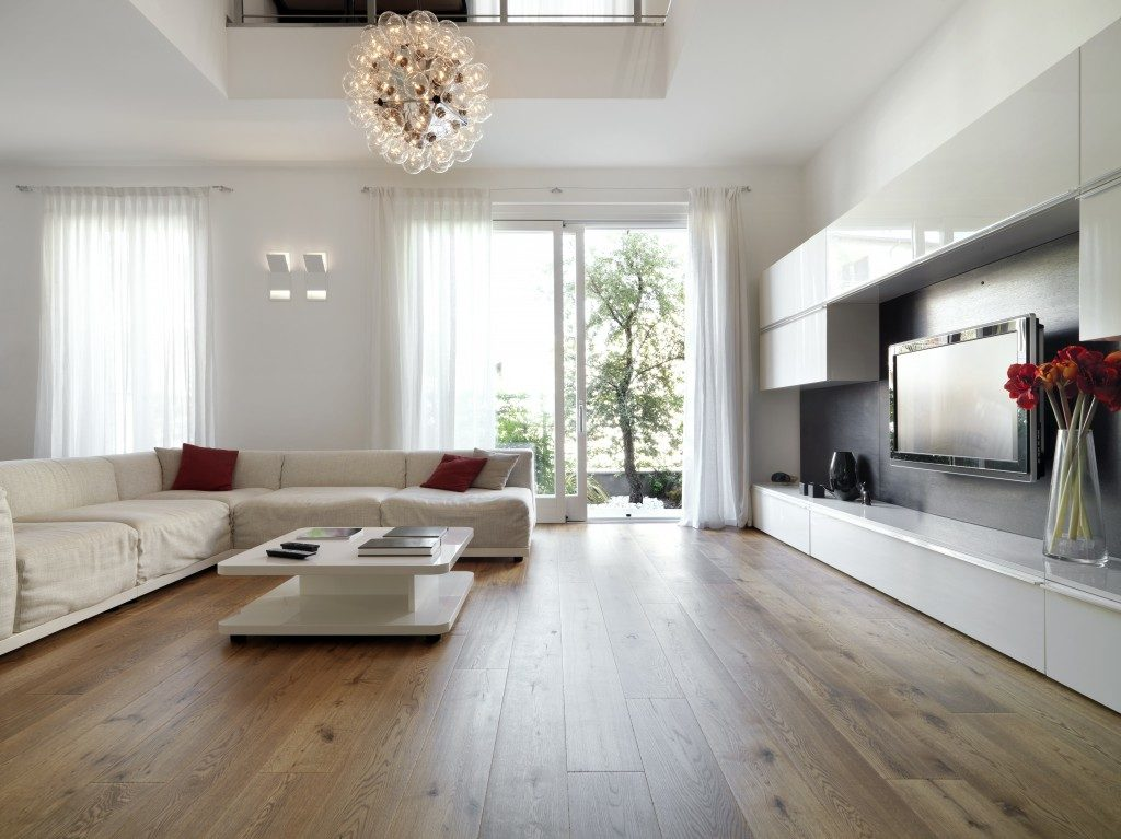 huge livin room with a wood flooring